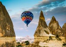 Горячее отключение воздушного шара летая над Cappadocia Стоковое фото RF