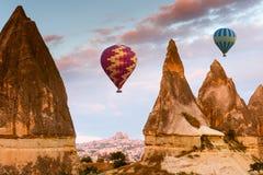 Горячее отключение воздушного шара летая над Cappadocia Стоковые Изображения RF