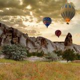 Горячее отключение воздушного шара летая над Cappadocia Стоковая Фотография RF