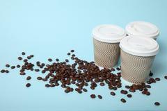 3 горячее пойти кофе в бумажном стаканчике стоковые фотографии rf