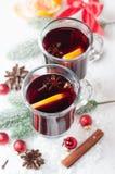 Горячее пряное питье зимы на белизне Стоковое Фото