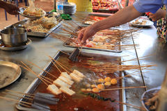 Горячее пряное погружение продавая в китайском уличном рынке Стоковое фото RF