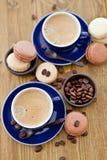 Горячее эспрессо и французские macaroons Стоковые Изображения RF