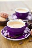 Горячее эспрессо и французские macaroons Стоковое Изображение RF