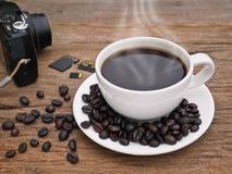 Горячее эспрессо кофейной чашки темное на древесине стоковая фотография rf