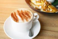 Горячее cappucino на деревянной таблице, винтажное влияние Стоковое фото RF
