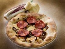 горячее scamorza салями пиццы стоковые фото