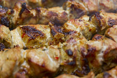 Горячее shish kebab на протыкальниках металла подготавливает на углях outdoors Стоковое Изображение