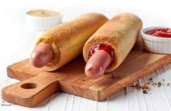 2 горячей сосиски на деревянной разделочной доске Стоковая Фотография RF