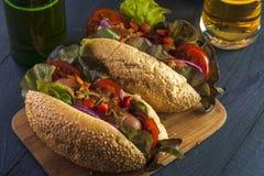 2 горячей сосиски с сосисками и овощами Стоковые Фотографии RF