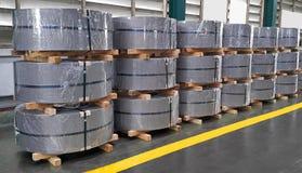 Горячекатаная стальная катушка в производстве, металлический лист промышленный стоковая фотография rf