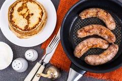 Горячие блинчики с домодельной сосиской в сковороде Стоковые Изображения