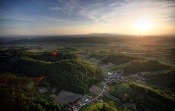 Горячие воздушные шары над ландшафтом Стоковая Фотография RF