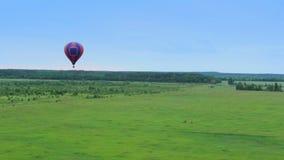 Горячие воздушные шары приглаживают вид с воздуха pov Летающ над пригородом, район акции видеоматериалы