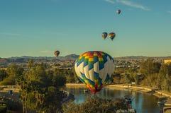 Горячие воздушные шары витают над Лаке Юавасу Аризоной Стоковое фото RF