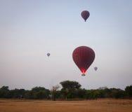 Горячие воздушные шары летая в Bagan, Мьянму Стоковые Фотографии RF