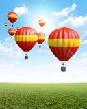 Горячие воздушные шары на зеленой траве Стоковое фото RF