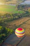 Горячие воздушные шары над зеленым полем риса Стоковые Изображения RF