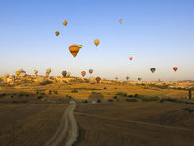 Горячие воздушные шары против ясного голубого неба Стоковые Изображения