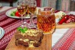 Горячие закуска и кружка пива Стоковые Изображения RF