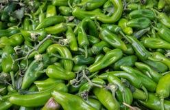 Горячие зеленые перцы чилей для продажи на рынке фермеров стоковые фото