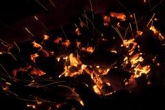 Горячие искрясь в реальном маштабе времени-угли горя в барбекю Стоковое Изображение RF