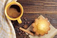 Горячие кофе и пирожное стоковая фотография rf