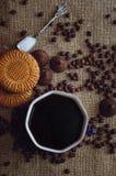 Горячие кофе и помадки на таблице, взгляде сверху Справочная информация стоковое изображение