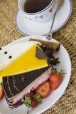 Горячие кофе и торты на плите стоковые фото