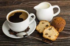 Горячие кофе, молоко кувшина и булочки на темной таблице Стоковые Фотографии RF