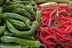 Горячие красные и зеленые перцы chili на рынке фермеров стоковые фото