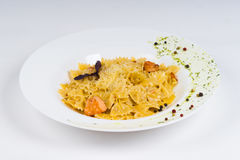 Горячие макаронные изделия блюда на белой предпосылке Стоковое фото RF