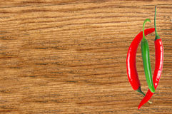 Горячие перцы на конце деревянного стола вверх Стоковая Фотография