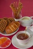 Горячие питье и еда на таблице стоковые изображения rf