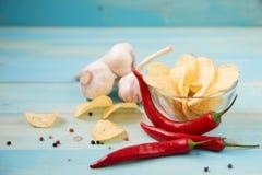 Горячие пряные картофельные стружки готовые для еды Стоковые Фотографии RF