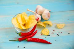 Горячие пряные картофельные стружки готовые для еды Стоковое Фото