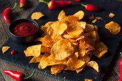 Горячие пряные картофельные стружки Sriracha стоковое фото rf