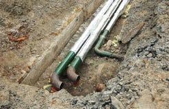 Горячие ремонт и изоляция труб водопровода для энергосберегающего Трубопровод горячей воды стоковое фото