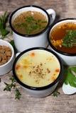 Горячие супы в кружках, вертикальных Стоковая Фотография RF