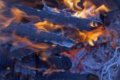 Горячие тлеющие угли огня с искрами и золами стоковая фотография rf