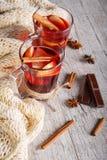 Горячие чай и помадки на зимний день рядом с шарфом на деревянной предпосылке Домашняя атмосфера Чай и шоколад стоковое фото rf