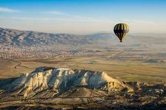 Горячий ландшафт утеса overv летания воздушного шара olcanic, Cappadocia Стоковое Изображение