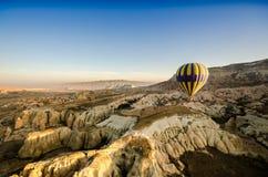 Горячий ландшафт утеса overv летания воздушного шара olcanic, Cappadocia Стоковое Изображение RF