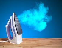 Горячий вертикальный новый утюг бросает облако Стоковые Фотографии RF