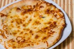 Горячий вкусный торт хлеба с желтым сыром Стоковые Изображения RF