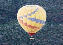 Горячий воздушный шар витает над национальным лесом Coconino, Аризоной стоковое изображение rf