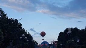 Горячий воздушный шар в небе на Диснейленде, Париже стоковая фотография rf