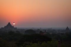 Горячий воздушный шар на восходе солнца в Bagan Стоковое Фото