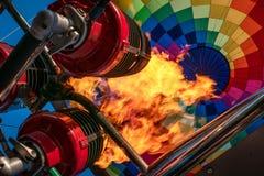 Горячий воздушный шар, яркое пламя огня горения от оборудования газовой горелки, конца вверх from inside Стоковая Фотография RF