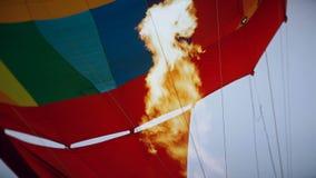Горячий воздух горя к воздушному шару во время полета сток-видео